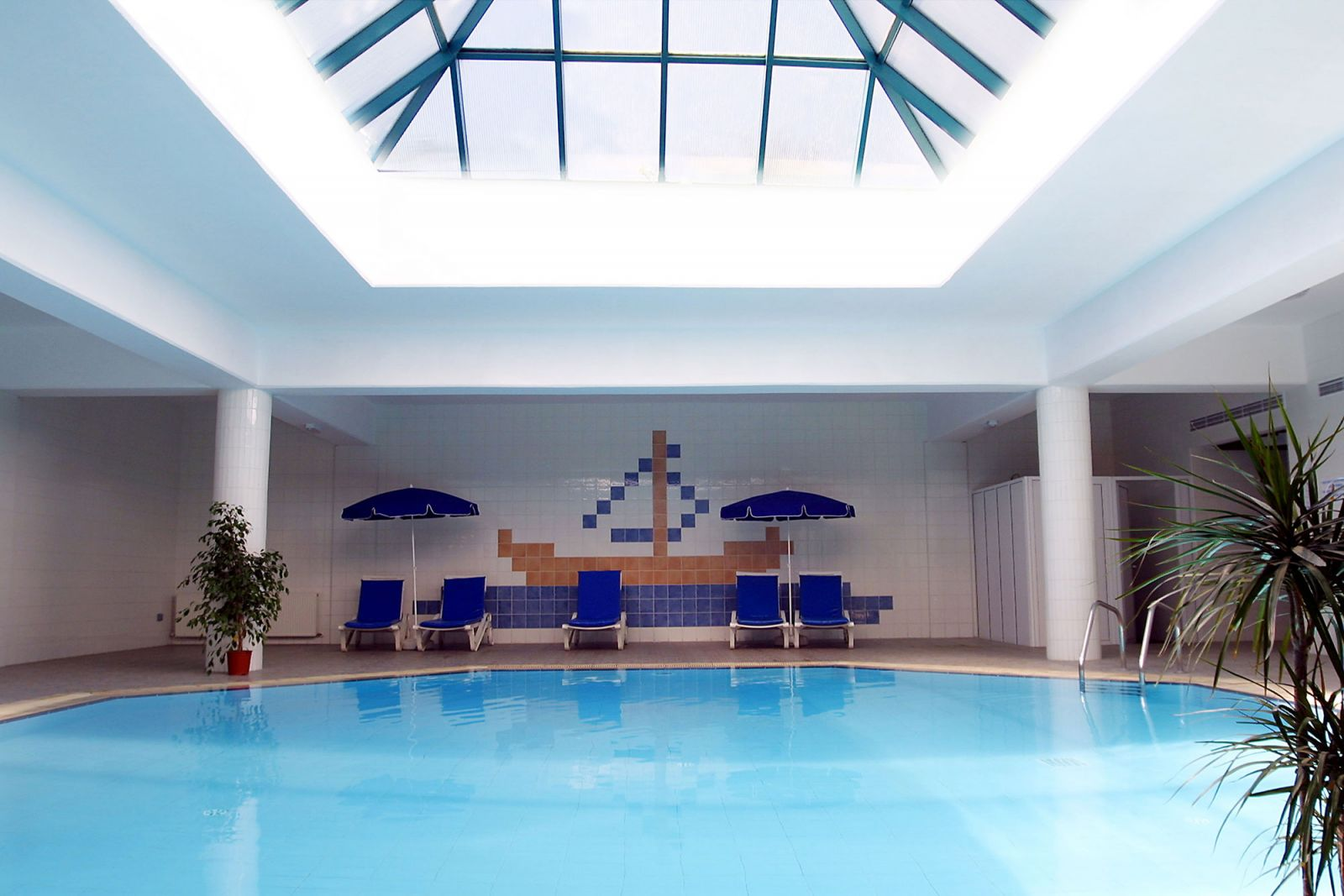 Kissos hotel paphos has indoor and outdoor swimming pools for Swimmingpool aufstellbecken pool